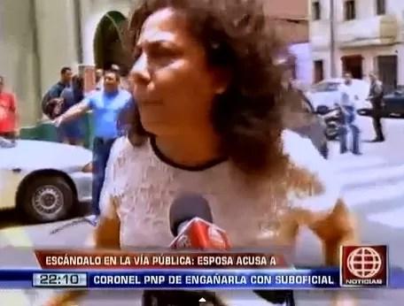 (Video) Mujer hace escándalo en la calle por infidelidad de su esposo
