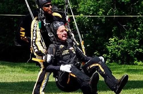 George Bush padre salta en paracaídas para festejar sus 90 años