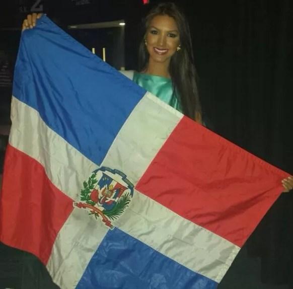 Kimberly Castillo con la bandera dominicana