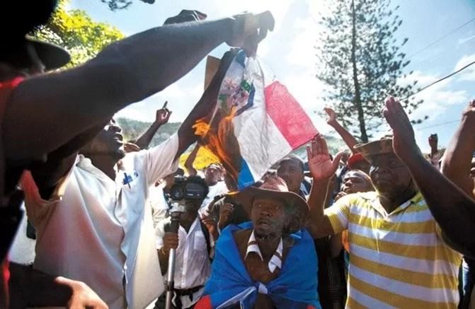 Haitianos quemando la bandera