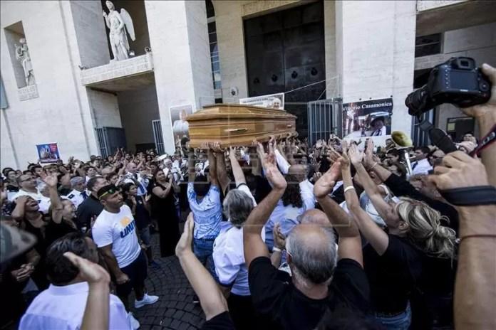 Varias personas asisten al funeral del capo de la mafia Vittorio Casamonica, frente a la iglesia San Juan Bosco de Roma, Italia, hoy 20 de agosto de 2015. EFE
