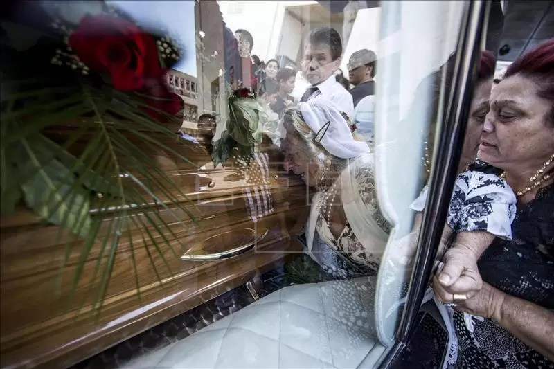 Una mujer llora la muerte del capo de la mafia Vittorio Casamonica, durante su funeral, en la iglesia San Juan Bosco de Roma, Italia, hoy 20 de agosto de 2015. EFE