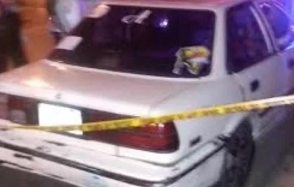 Hombre se lanza de puente, cae dentro de carro y muere