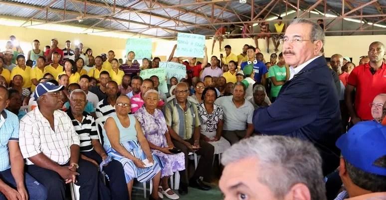 Danilo promete financiamiento a Parceleros de Vicente Noble