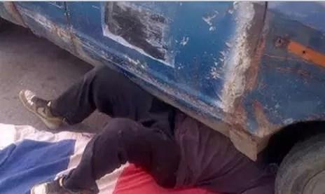 Quedó atrapado mientras reparaba su vehículo