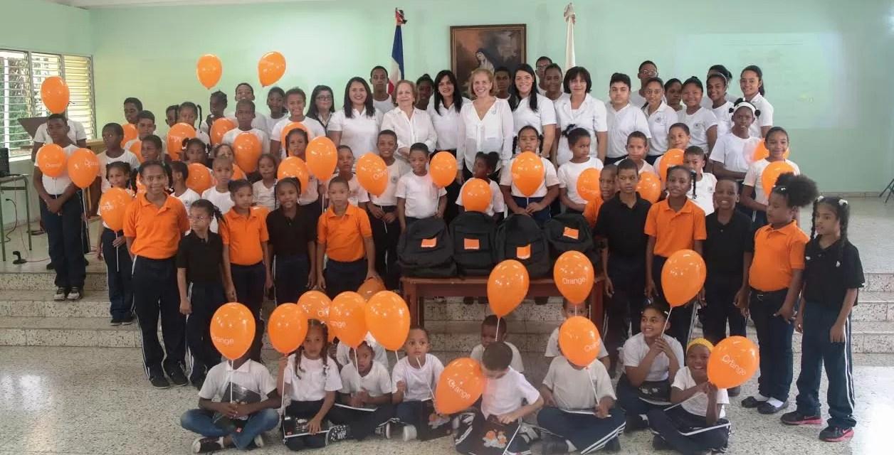 Orange y Alcatel  entregan miles de útiles escolares