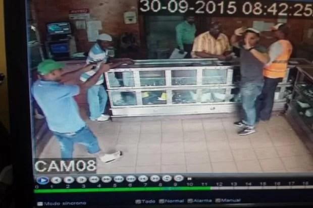 Asaltan joyería compraventa en Villa Consuelo; se llevan cadena que cliente iba a empeñar
