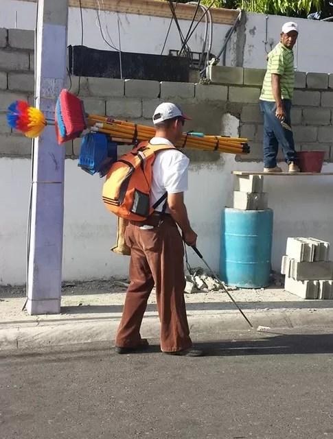 Invidente dominicano sale a trabajar vendiendo escobas