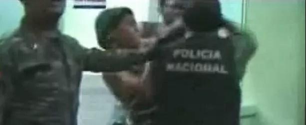 Video: Pleito entre detenidos y policías en hospital de La Romana