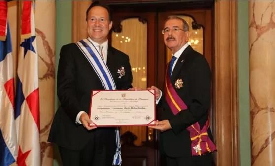 Danilo Medina condecora al presidente de Panamá