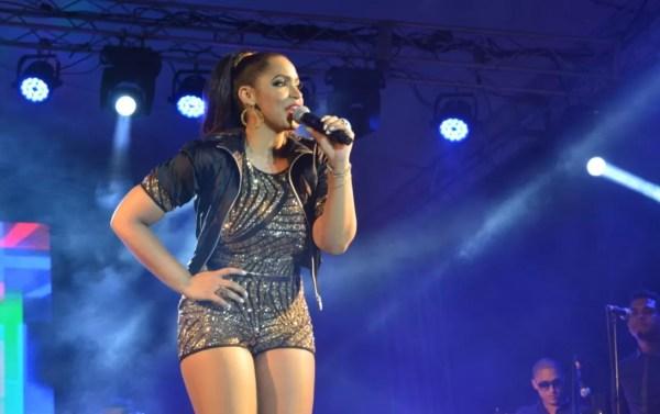 Juliana cantando