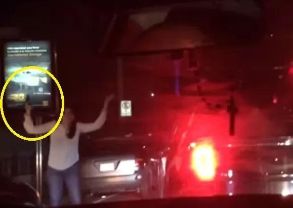 Video: Mujer dispara como loca un arma de fuego al salir de una discoteca