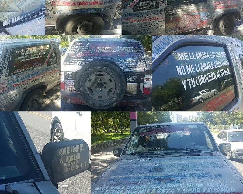 Un vehículo forrado con citas bíblicas