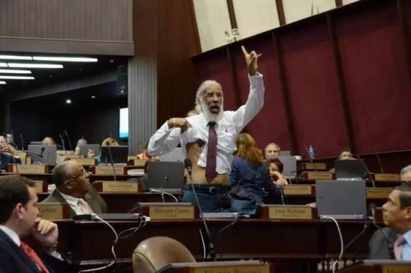 Hubieres se levanta camisa en Cámara Diputados para demostrar está desarmado