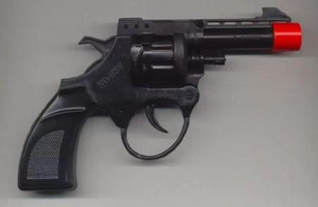 Hombre asalta con un arma de juguete a un menor y le roba RD$200