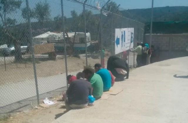 Dominicanos que intentaban llegar a Europa desde Turquía, encarcelados en Moria (Lesbos). EM