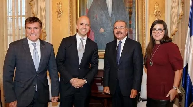Visita. El presidente Danilo Medina recibió ayer en su despacho al subsecretario de Estados Unidos, Juan González, quien estuvo acompañado del embajador James Brewster y Stacey Maupin./ Listindiario.com