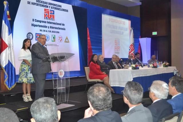 El doctor Wilson Ramírez, presidente de la SODOHAS, se refiriò a la necesidad de concientizar a la poblaciòn sobre los riesgos del tabaquismo, la obseidad y la diabetes para la hipertensiòn y enfermedades coronarias.