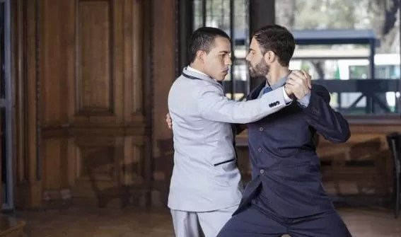 Hombres bailando