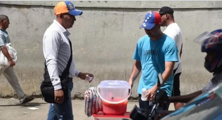 venezolanos-vendiendo-comida