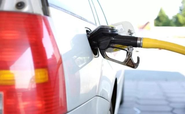 Le bajan un peso a la gasolina