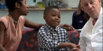 """El primer trasplante de manos en un niño es un """"éxito"""""""
