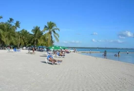 Director de INAPA asegura playa de Boca Chica está apta para bañarse