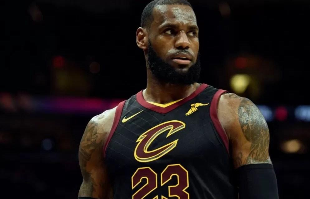 Subastan en más de USD 500.000 una camiseta de LeBron James