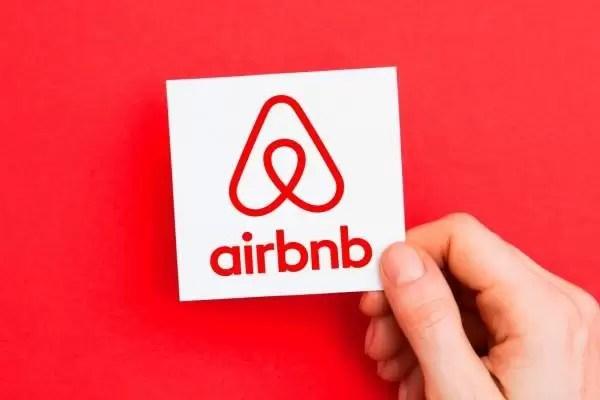 Airbnb propone albergar gratuitamente a 20.000 refugiados afganos en todo el mundo