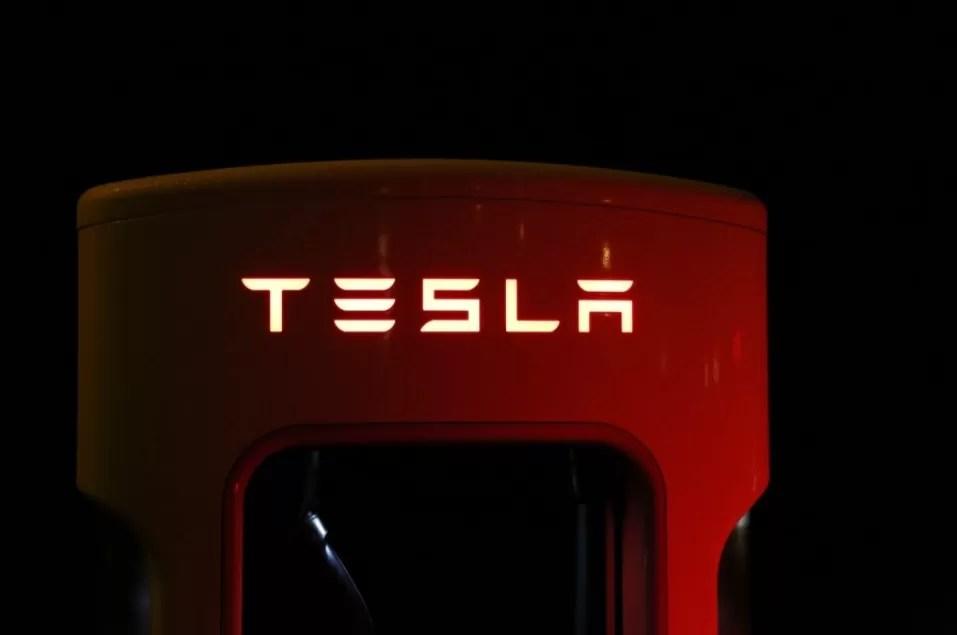 Tesla condenada a pagar 137 millones de dólares a exempleado víctima de racismo