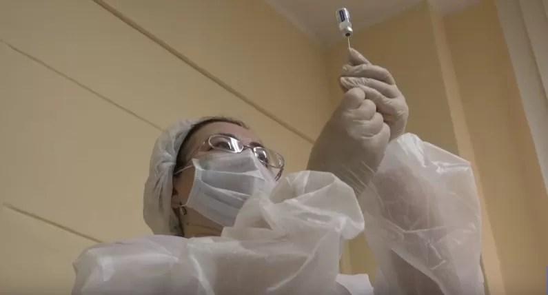 China vacunó de manera completa a más de mil millones de personas