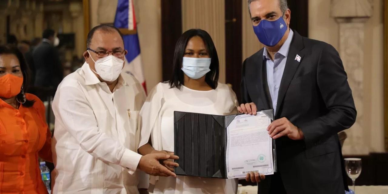 Abinader entrega 490 certificaciones de título inmobiliario