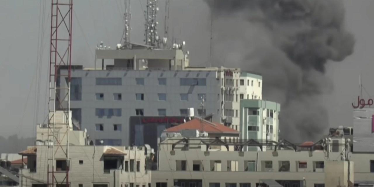 Israel bombardea a civiles y edificio de prensa en Gaza