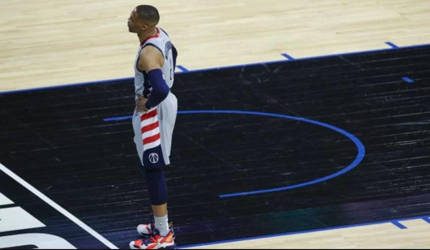 NBA: vetan a aficionados por escupir y lanzar palomitas contra Young y Westbrook