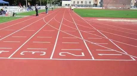 VIDEO: Un camarógrafo 'gana' una carrera de atletismo a los corredores a los que estaba grabando