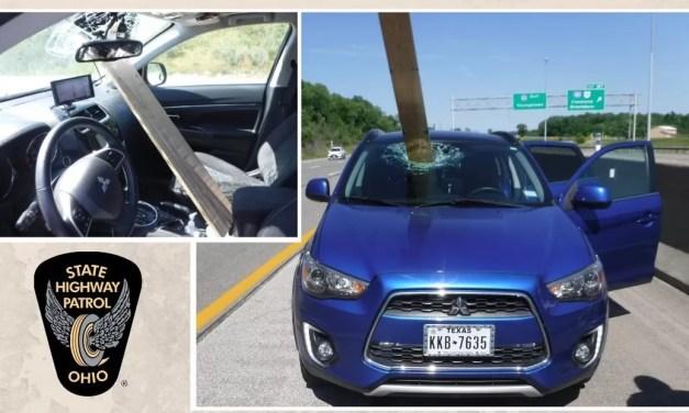 Video: Una tabla sale volando en autopista y atraviesa parabrisas de carro