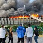 Bomberos siguen batallando con el fuego de la colchonería la Reina