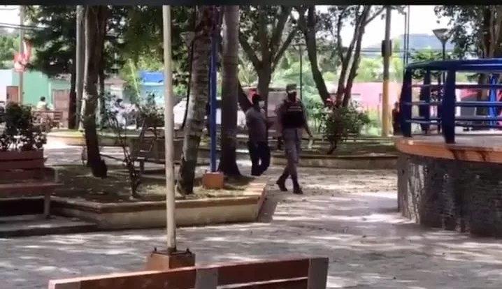Video – Policías obligan personas a vacunarse y si no lo hacen les retienen el vehículo
