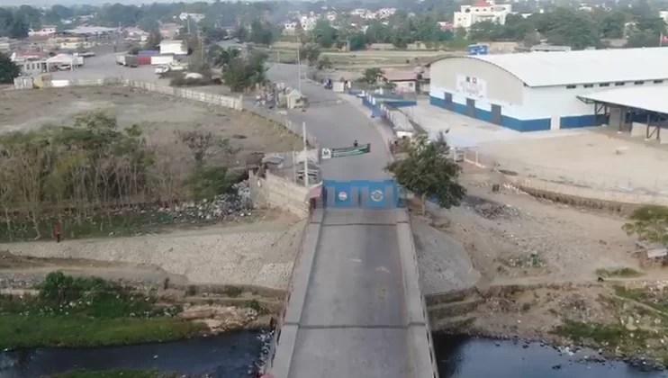 La frontera con Dajabón en calma; algunos haitianos lavan su ropa en el río Masacre