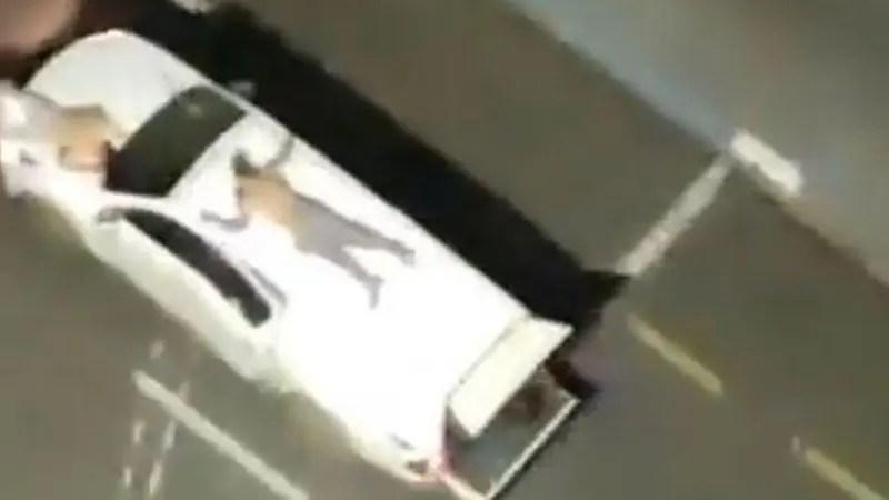 Ladrones ataron rehenes en sus carros como escudos humanos