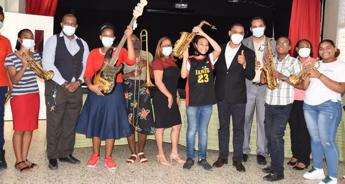 Educación entrega instrumentos musicales a estudiantes de la Modalidad en Artes