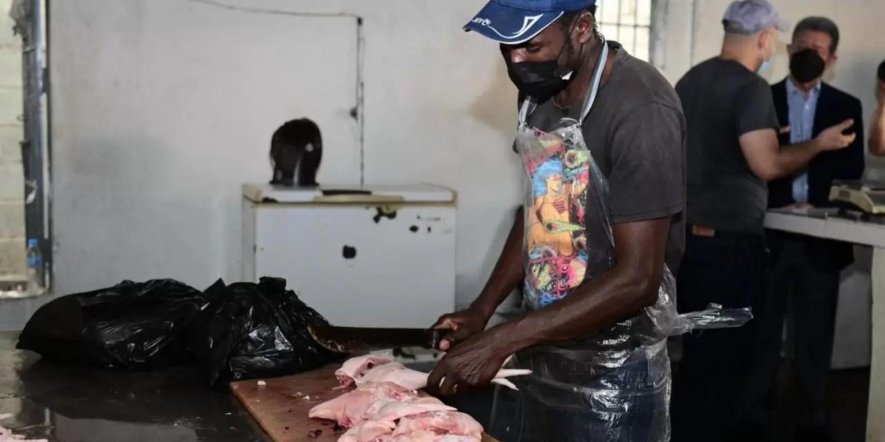 Leonel sale a investigar precios del pollo en Santiago