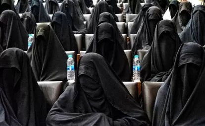 Las nuevas reglas para las mujeres estudiantes en Afganistán