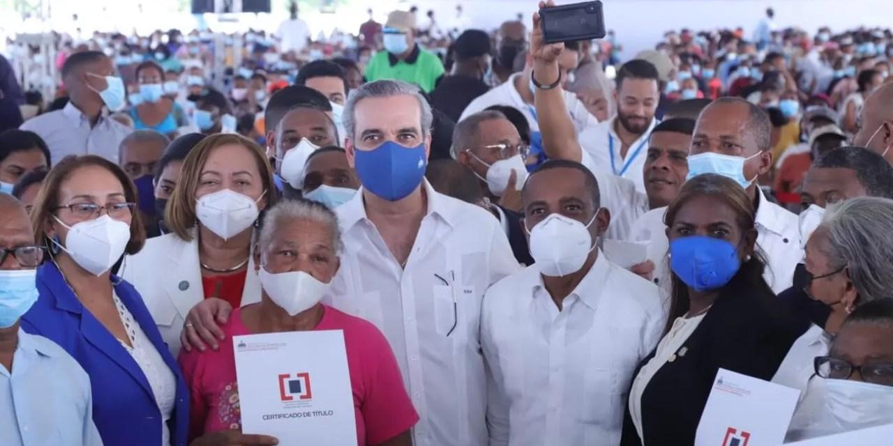 Abinader entrega 985 certificados de títulos de propiedad en Nigua