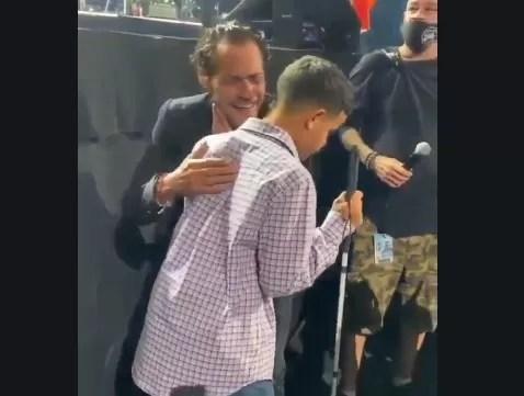 Video – Marc Anthony demuestra su humildad con joven invidente