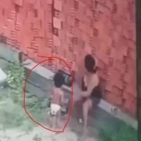 Video - Mujer hace de escudo parar salvar a un niño de ser aplastado