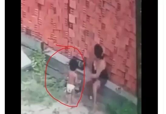 Video – Mujer hace de escudo parar salvar a un niño de ser aplastado