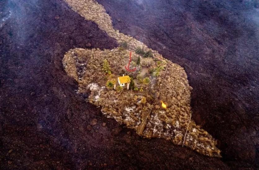 Una casa se salva de ser engullida por la lava del volcán de La Palma