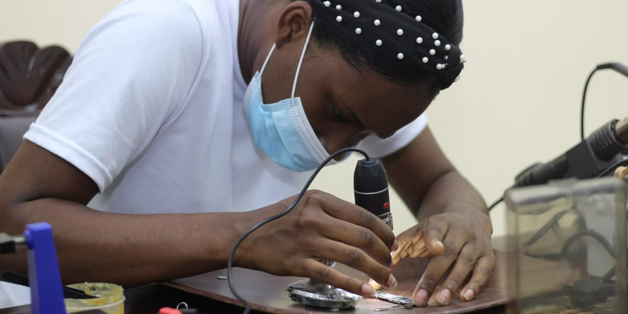 Centros Tecnológicos Comunitarios capacita a jóvenes en reparación de celulares