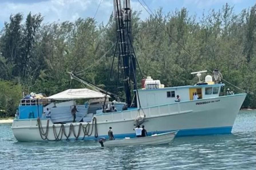 Rescatan a 25 personas de barco de pesca próximo a la isla Beata